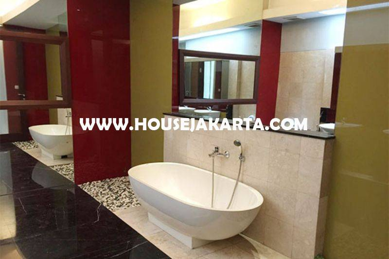 HS1100 Rumah Bagus 2 lantai Jalan Brawijaya V Murah Tanah Kotak Tenang